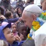 Papa Francisco é cercado por crianças em Manguinhos.
